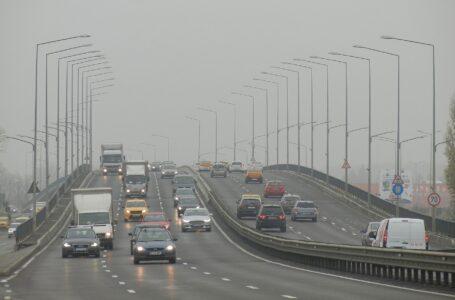 L'indagine: chi viaggia a finestrini abbassati è esposto all'80% di smog in più