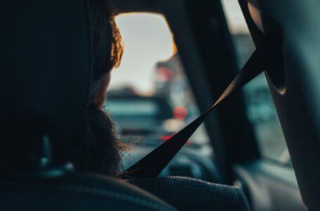 Allacciare le cinture di sicurezza è importante, anche quelle dei sedili posteriori