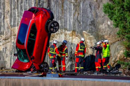Auto in caduta da 30 metri di altezza: Volvo realizza il crash test più estremo di sempre