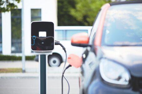 Mobilità, auto elettriche più convenienti rispetto agli altri veicoli. I dati in un report